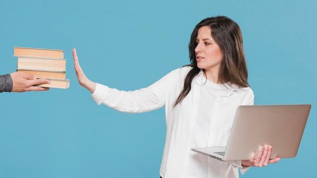 La donna preferisce l'e-learning rispetto ai libri Foto Gratuite
