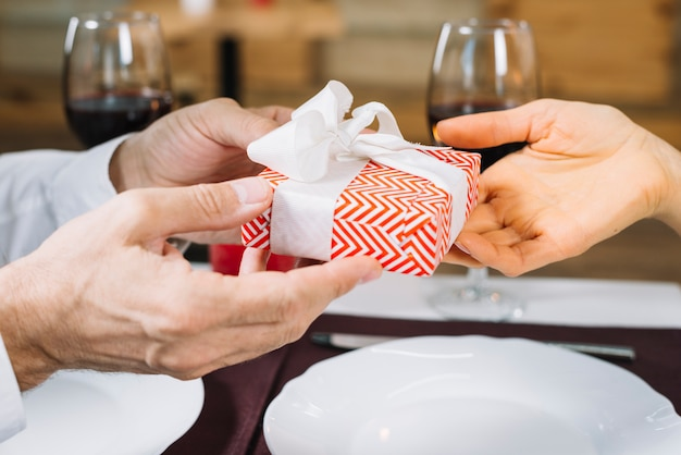 La donna riceve un regalo dal suo amante Foto Gratuite