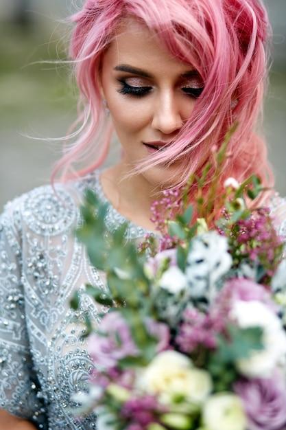 La donna sbalorditiva con i capelli rosa si leva in piedi ...