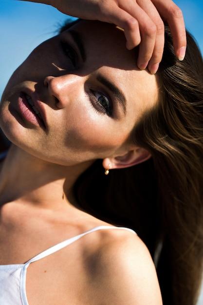 La donna scuote i lunghi capelli che si presentano sulla ...