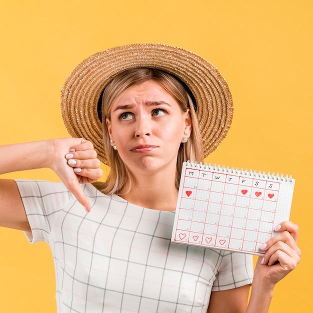 La donna sfoglia il calendario mestruale Foto Gratuite