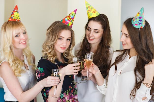 La donna si congratula con un amico per il suo compleanno. Foto Premium