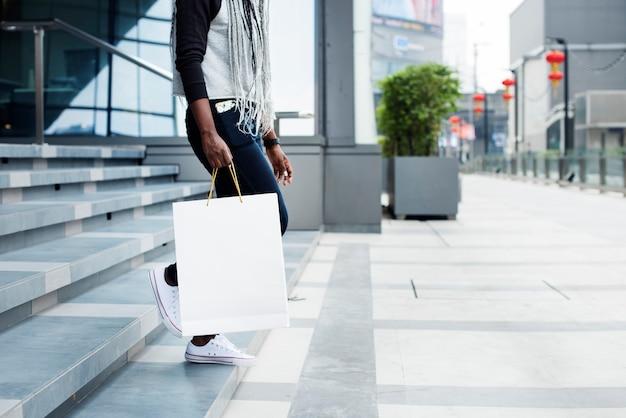 La donna si diverte a fare shopping Foto Premium