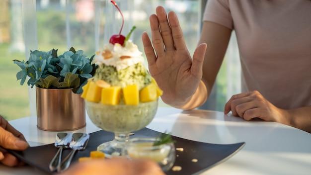 La donna si prende cura della salute e controlla il cibo Foto Premium
