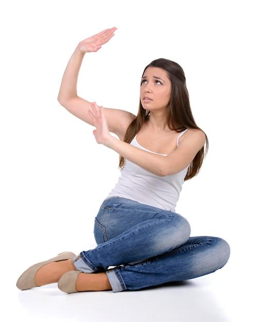 La donna si protegge dalla violenza. Foto Premium