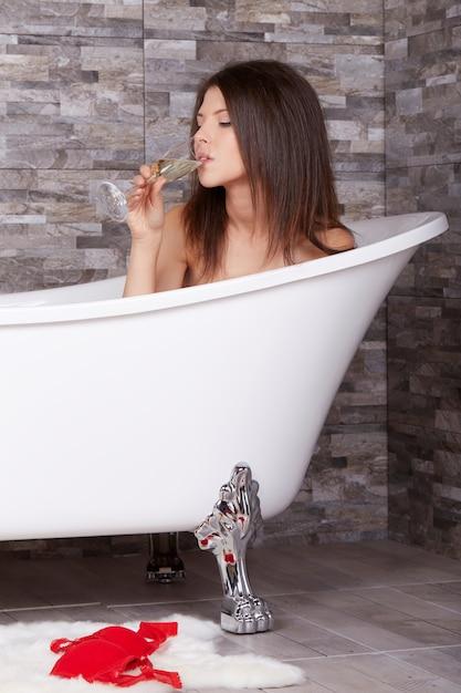La donna si rilassa in vasca Foto Premium