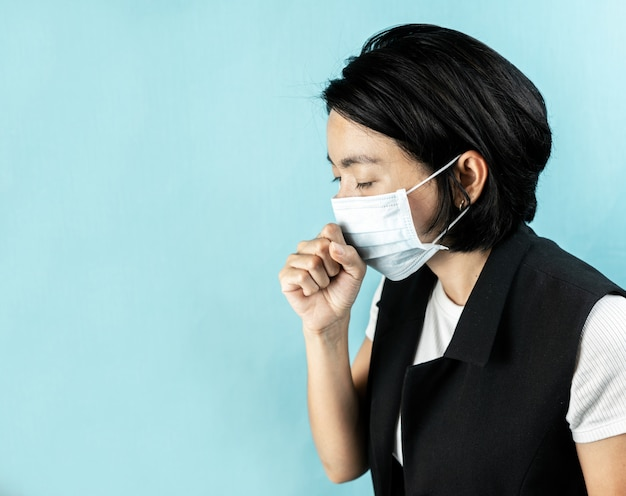 La donna si sente male e indossa maschere per la salute Foto Premium
