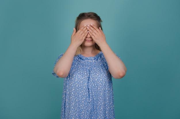 La donna sta chiudendo gli occhi con le mani e sorridendo. Foto Premium