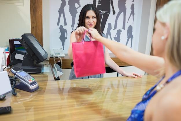 La donna sta comprando qualcosa Foto Premium