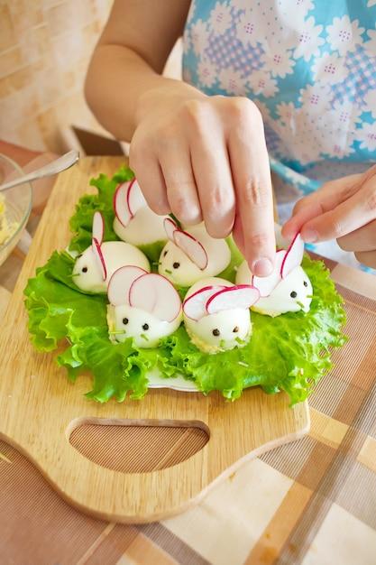La donna sta decorando uova ripiene Foto Gratuite