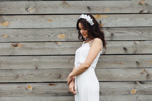 La donna vestita di bianco con un fondo in legno   Foto Gratis