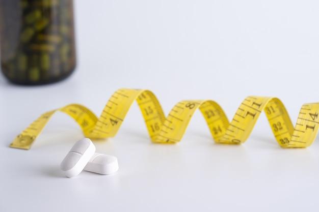 La droga perde il concetto del peso la dieta esile mangia le pillole sanità e pillola medica Foto Premium
