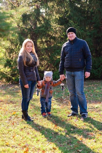 La famiglia cammina nel parco in autunno Foto Premium