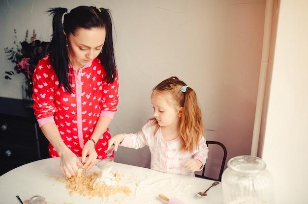 La famiglia carina si diverte in una cucina Foto Gratuite