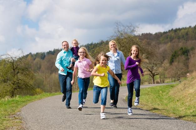 La famiglia corre all'aperto Foto Premium