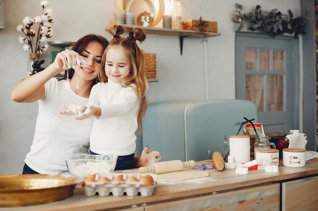 La famiglia cucina l'impasto per i biscotti Foto Gratuite