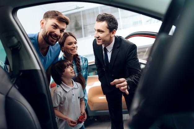 La famiglia è molto felice perché compra una macchina. Foto Premium