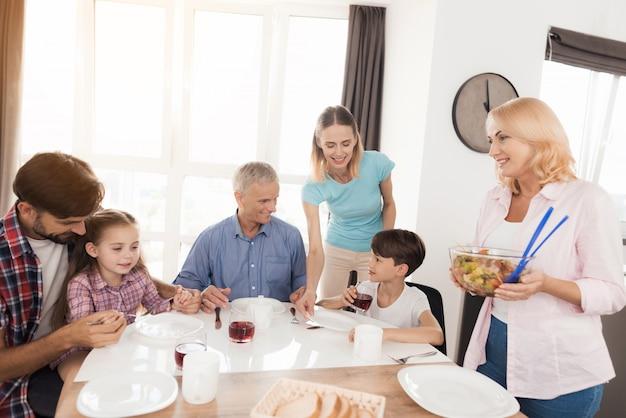 La famiglia è seduta a tavola e si prepara per la cena. Foto Premium