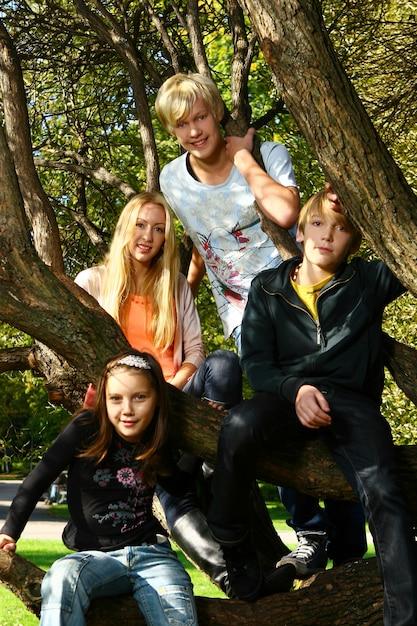 La famiglia felice si diverte nel parco Foto Gratuite