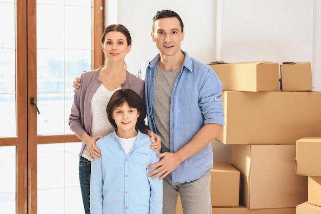 La famiglia felice si è trasferita in un nuovo appartamento. Foto Premium