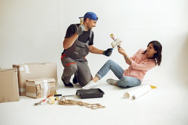La famiglia giovane e carina ripara la stanza Foto Gratuite