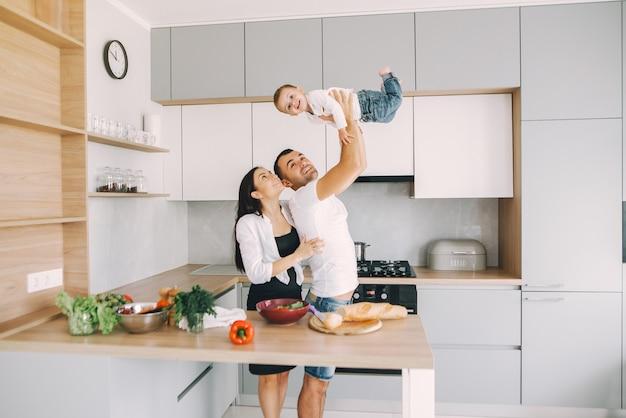 La famiglia prepara l'insalata in una cucina Foto Gratuite