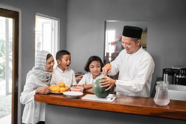 La famiglia si prepara per il digiuno Foto Premium
