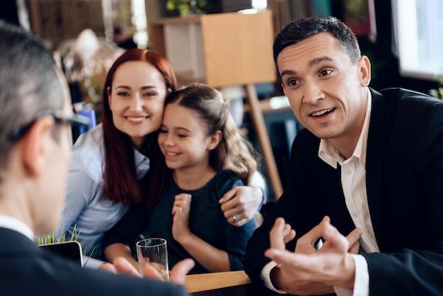La famiglia siede nell'avvocato in ufficio. Foto Premium