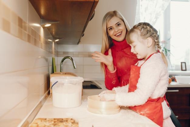La famiglia sveglia prepara la colazione in una cucina Foto Gratuite