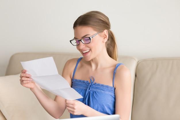 La femmina che indossa vestiti casuali ha ricevuto risultati di esami positivi Foto Gratuite