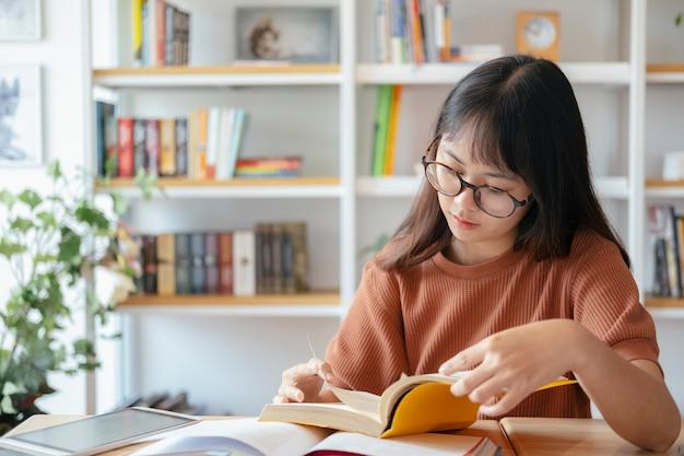 La femmina del collage sta leggendo un libro. Foto Premium