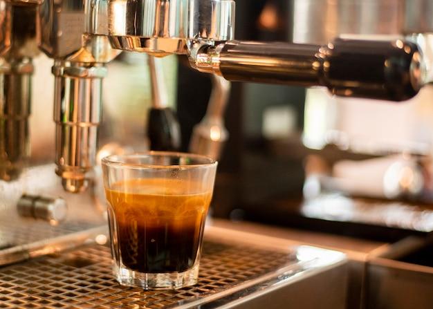 La fine della macchina del caffè sta preparando il caffè in caffetteria Foto Premium