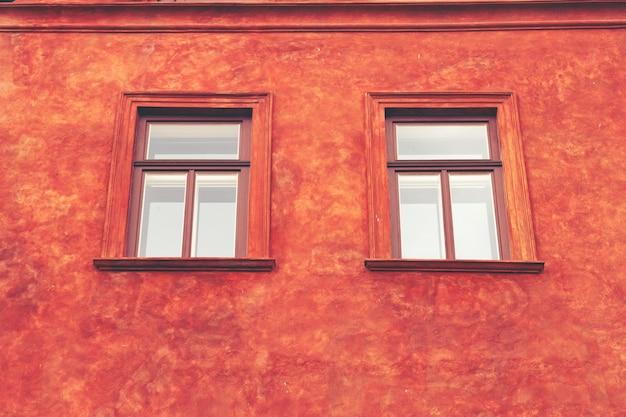 La finestra d'annata sulla parete del cemento di colore può essere usata per fondo Foto Premium