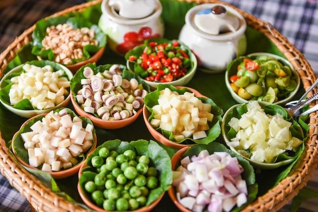 La foglia saporita avvolge gli ortaggi freschi della minestra piccante degli ingredienti delle erbe e delle spezie per tom yum tailandese Foto Premium