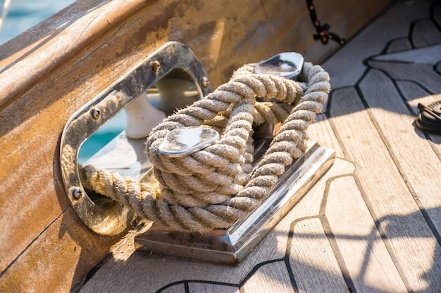 La fune d'ormeggio è avvolta su una bobina Foto Premium