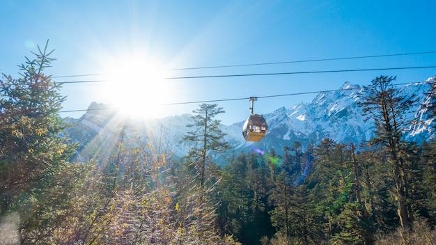 La funivia sta salendo sulla montagna Foto Premium