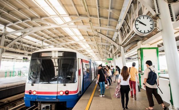 La gente ad una stazione ferroviaria che viaggia in treno, bangkok, tailandia Foto Premium