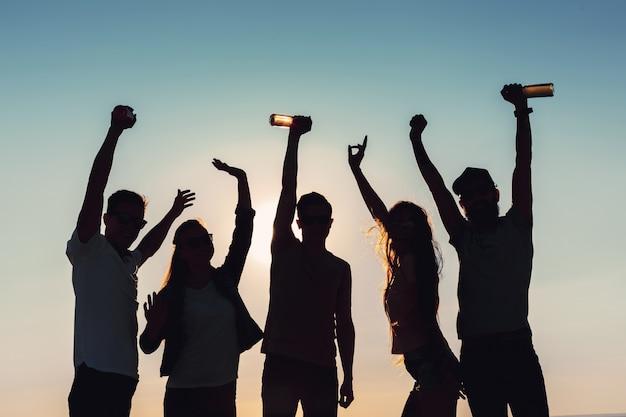 La gente che balla in estate Foto Premium