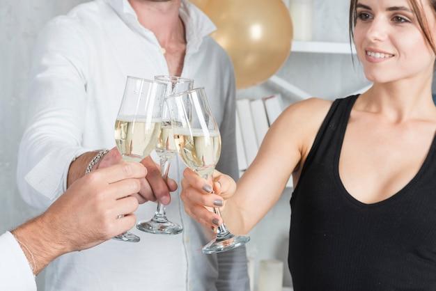 La gente che faceva clangore sulla festa Foto Gratuite