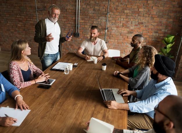 La gente che incontra concetto dell'ufficio di seminario Foto Gratuite