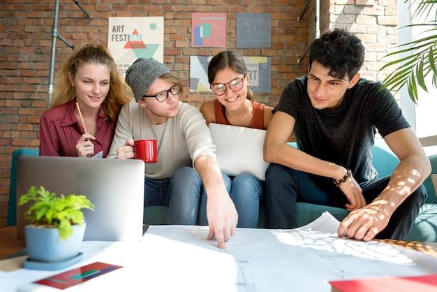 La gente che incontra il concetto di conversazione del modello di progettazione di discussione Foto Premium