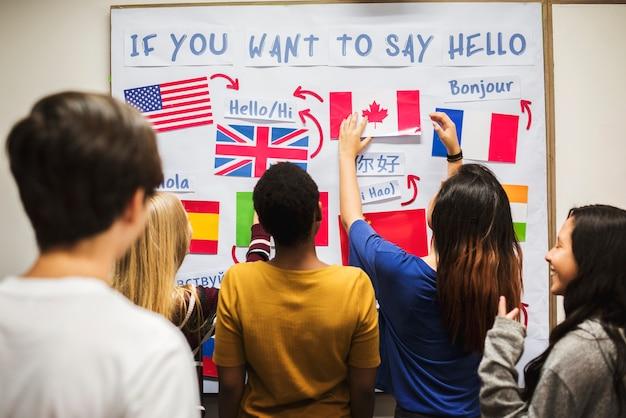 La gente dell'adolescente al bordo nazionale delle bandiere Foto Premium