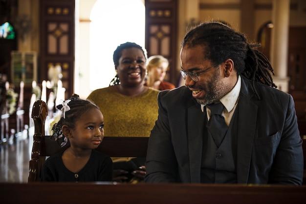 La gente della chiesa crede ai religiosi religiosi Foto Premium