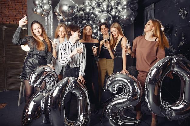 La gente festeggia un nuovo anno con grandi balli Foto Gratuite