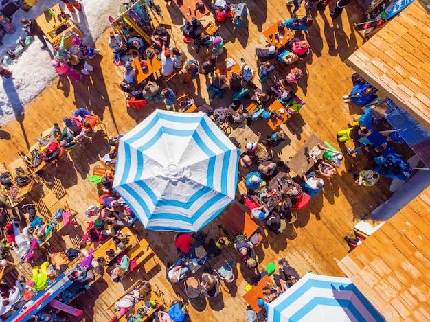 La gente nel caffè che riposa dallo sci, vista dall'alto Foto Premium