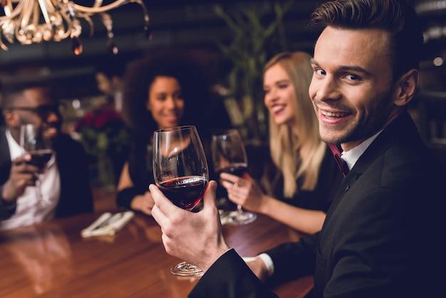 La gente ordina cibo e bevande. sono di buon umore. Foto Premium