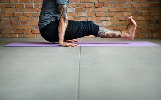 La gente sta facendo yoga Foto Gratuite
