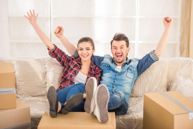 La giovane coppia si trasferì in un nuovo appartamento. Foto Premium