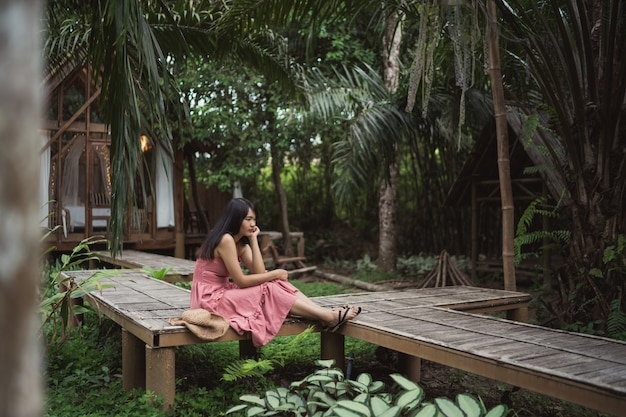 La giovane donna asiatica si rilassa in foresta, usando bello felice femminile si rilassa il tempo in natura. Foto Gratuite