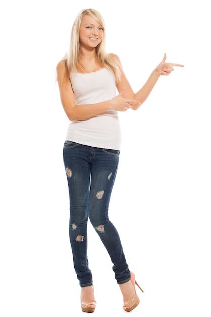 La giovane donna attraente mostra su qualcosa Foto Gratuite